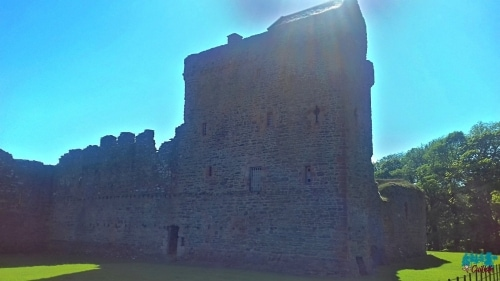 A photo of the north facing wall of Skipness Castle