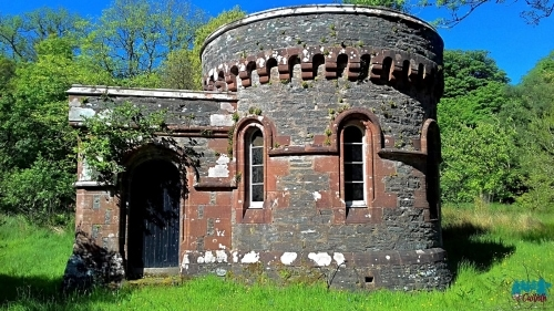 A photo of the gatehouse at the entrance to the Skipness Castle grounds.